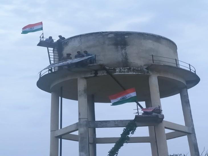 अभ्यर्थियों ने लखनऊ में शिक्षा भवन निदेशालय में पानी की टंकी पर चढ़कर प्रदर्शन किया, बोले-जब तक मांगे पूरी नहीं होंगी, घर नहीं जाएंगे लखनऊ,Lucknow - Dainik Bhaskar