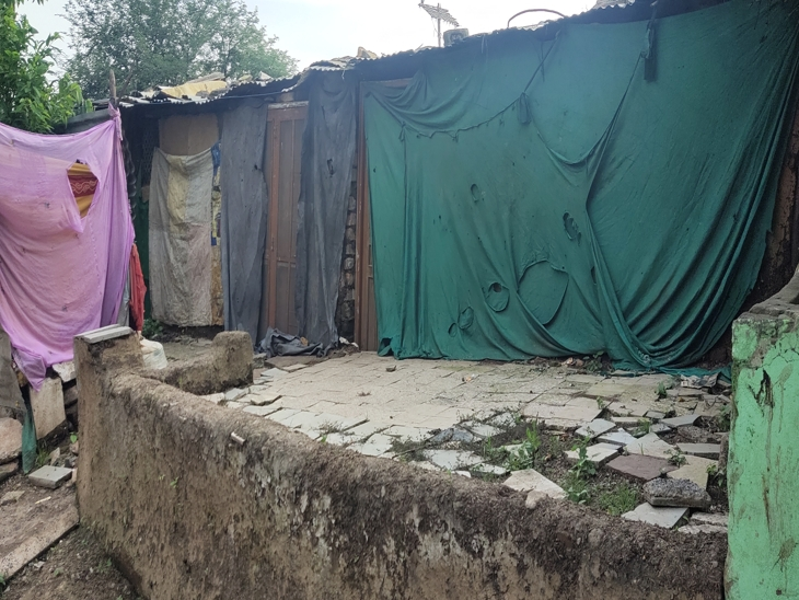 घर की दीवारें आर्थिक हालत बयां कर रही हैं।