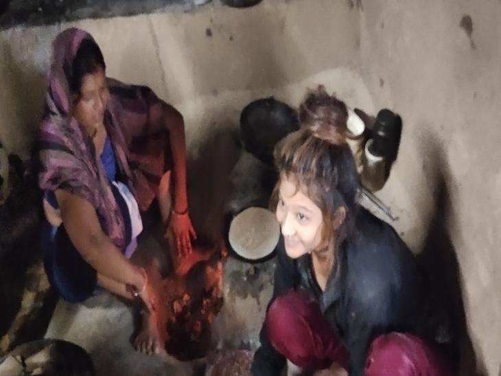 इनकी आर्थिक स्थिति ऐसी है कि आज भी लकड़ी जलाकर चूल्हे पर खाना बनाना पड़ता है।