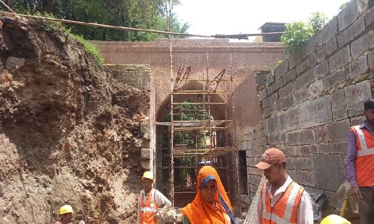 ललितपुर-चंदेरी के कारीगर सीमेंट की जगह चूना, गुड़, मेथी और उड़द के पानी से कर रहे जीर्णोद्धार; 1 हजार साल तक बना रहेगा गेट|उज्जैन,Ujjain - Dainik Bhaskar