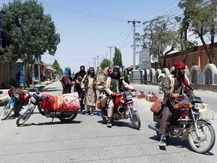 गजनी शहर पर कब्जा करने के बाद तालिबान ने हर चौराहे पर अपने लड़ाके तैनात कर दिए हैं।
