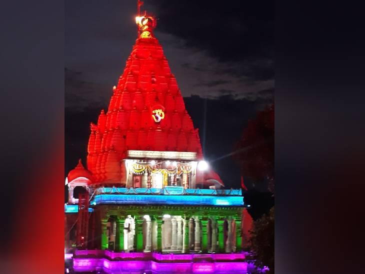 कोरोना के चलते श्रद्धालुओं की एंट्री नहीं, मंदिर की वेबसाइट और ऐप के जरिए हो रहें लाइव दर्शन, तिरंगे की तरह सजाया मंदिर उज्जैन,Ujjain - Dainik Bhaskar