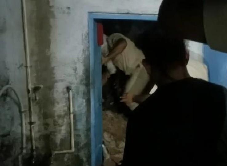 कमरे की छत पर रखी थी पानी से भरी टंकी, ज्यादा वजन से पटि्टयां टूटकर गिरी, दो मजदूर मलबे में दबे, एक घायल नागौर,Nagaur - Dainik Bhaskar