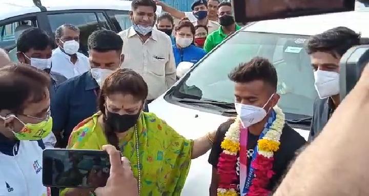 गुरुवार सुबह दिल्ली से भोपाल पहुंचे विवेक। एयरपोर्ट पर खेल मंत्री यशोधराराजे सिंधिया विवेक को लेने पहुंचीं।
