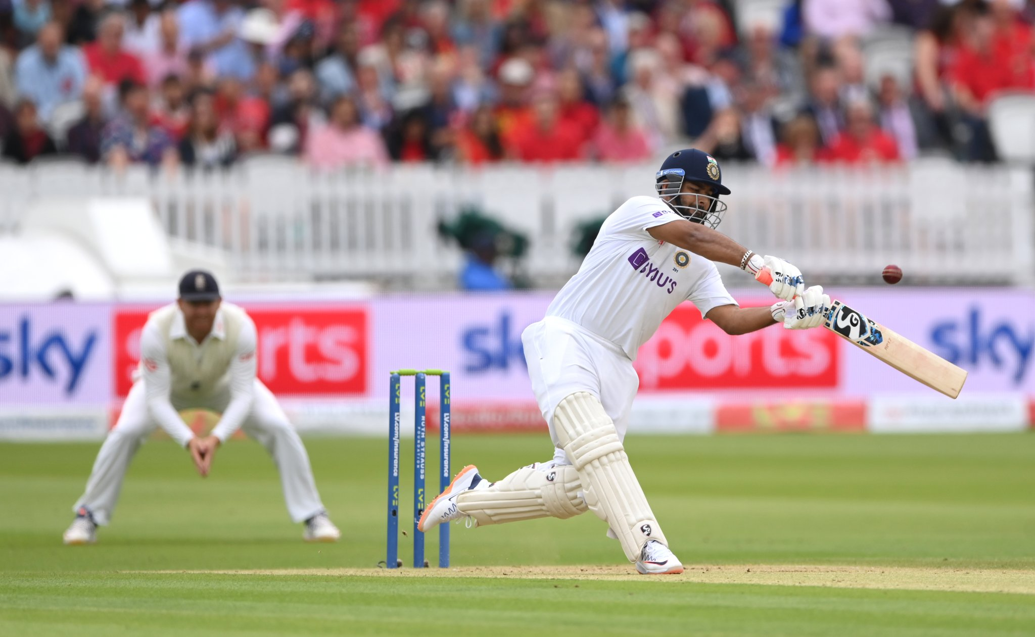 पंत ने विदेशी जमीन पर 1000 टेस्ट रन पूरे किए।