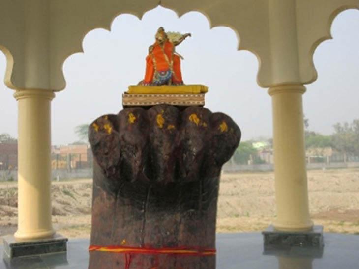 मथुरा के जैंत में स्थित कालिया नाग मंदिर का अपना अलग महत्व है। मान्यता है कि द्वापर में जब भगवान श्रीकृष्ण अपने दोस्तों के साथ वृंदावन यमुना तट पर कालीदह घाट के पास गेंद खेल रहे थे, उनकी गेंद यमुना में जा गिरी। गेंद को ढूंढने के लिए भगवान श्रीकृष्ण ने यमुना में छलांग लगा दी। यमुना में कालिया नाग अपने परिवार के साथ रहता था। श्रीकृष्ण ने कुछ ही देर में कालिया सांप नाग को हरा दिया। कालिया नाग भयभीत होकर वहां से भागने लगा। श्रीकृष्ण ने उसे रुकने को कहा, मगर वो डर से नहीं रुका। श्रीकृष्ण ने श्राप दिया कि जिस स्थान पर वो पीछे मुड़कर देखेगा, वहीं पर पत्थर का हो जाएगा।