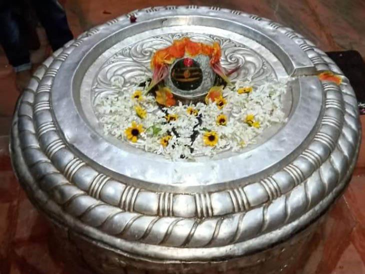 इसके बाद भगवान शिव ने नागराज कुमुद की पुत्री कुमुदनी की शादी कुश के साथ करवा दी। कुश ने तब भगवान शिव से हमेशा के लिए अयोध्या में ही बसने की प्रार्थना की और उन्होंने ये स्वीकार कर लिया। तबसे यहां भगवान शिव को नागों की रक्षा के लिए नागेश्वरनाथ के नाम से जाना जाता है। राजा कुश ने ही भगवान नागेश्वरनाथ मंदिर की स्थापना करवाई।