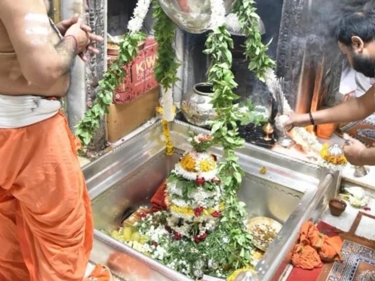 अपने घर के दरवाजे पर गोबर के सांप बनाकर उनकी पूजा कुशा, अक्षत, दही, फूल, दूर्वा, गंधक, मालपुआ और मोदक से करने के साथ ही ब्राह्मणों को भोजन करा कर व्रत रखने से घर में सांपों के आने की आशंका नहीं रहती है। नागपंचमी पर सांपों की पूजा से कालसर्प दोष से भी मुक्ति मिलती है। (फोटो : काशी विश्वनाथ मंदिर)
