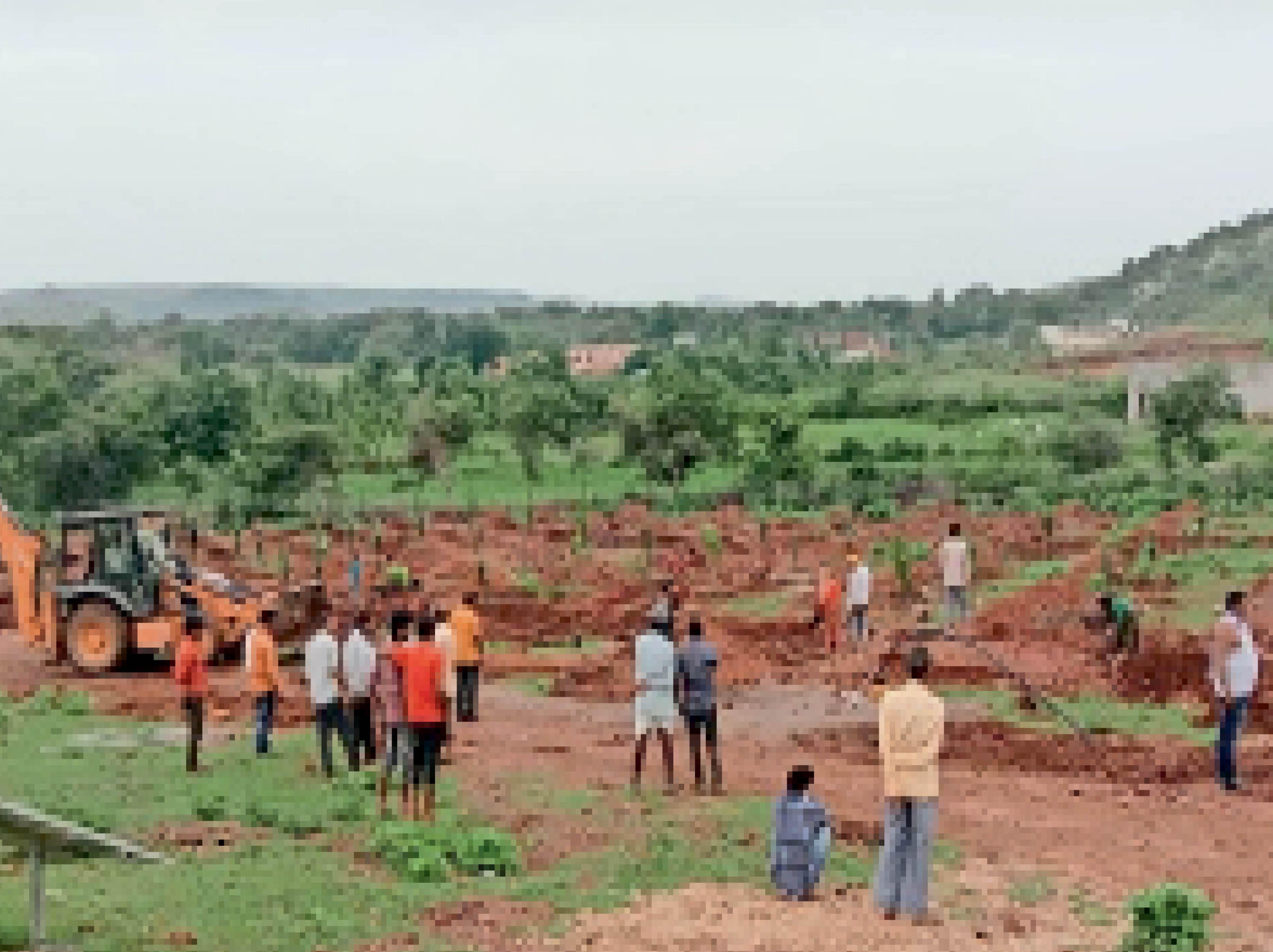 कन्नौज। पंचायत क्षेत्र में माताजी के पहाड़ी क्षेत्र में 70 बीघा जमीन पर तैयार हो रहा पंचफच उद्यान। - Dainik Bhaskar