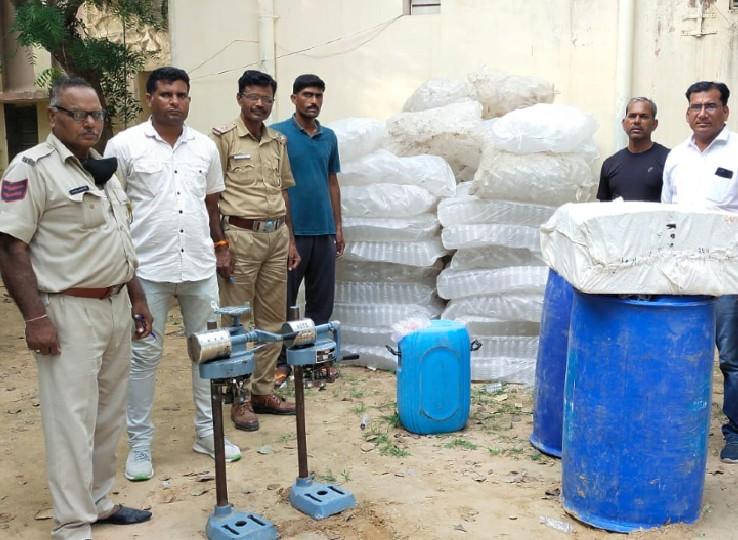 2 शराब पैकिंग मशीन, 500 लीटर स्प्रिट, 10 हजार खाली पव्वे, ब्रांडेड नकली ढक्कन, नकली लेबल और खाली कार्टन बरामद|नागौर,Nagaur - Dainik Bhaskar