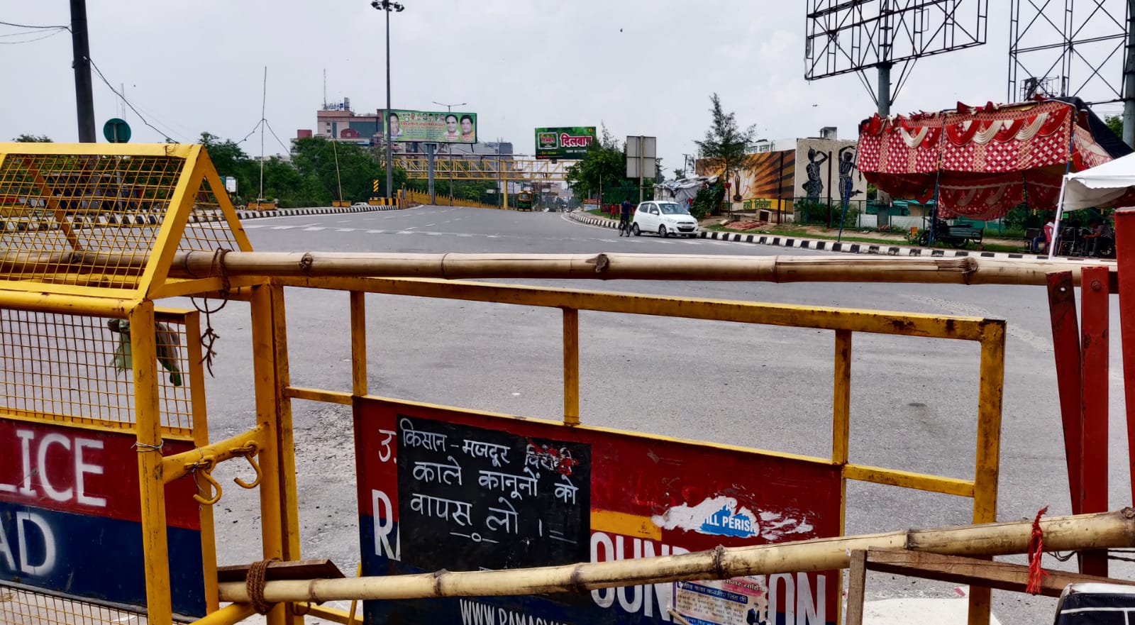 गाजीपुर बॉर्डर की तरफ आने वाले कई रास्ते पहले से बंद चल रहे हैं।