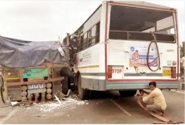 इंदौर से अहमदाबाद आ रही इस बस में करीब 40 यात्री सवार थे।