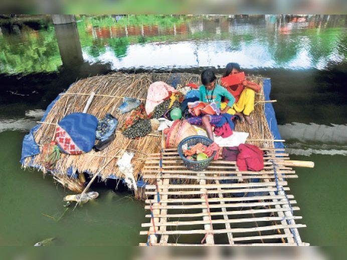 पटना में पानी भरने से लोगों की जिंदगी कुछ इस तरह से गुजर रही है। राजधानी के इस हालात ने राज्य सरकार पर सवाल खड़े किए हैं।
