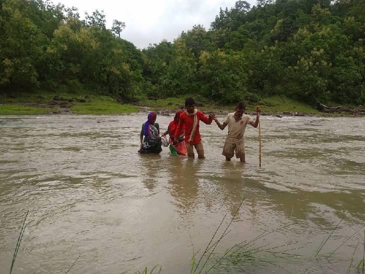 धार में नदी भरने पर एक-दूसरे का हाथ पकड़कर भी रास्ता पार करना पड़ता है।