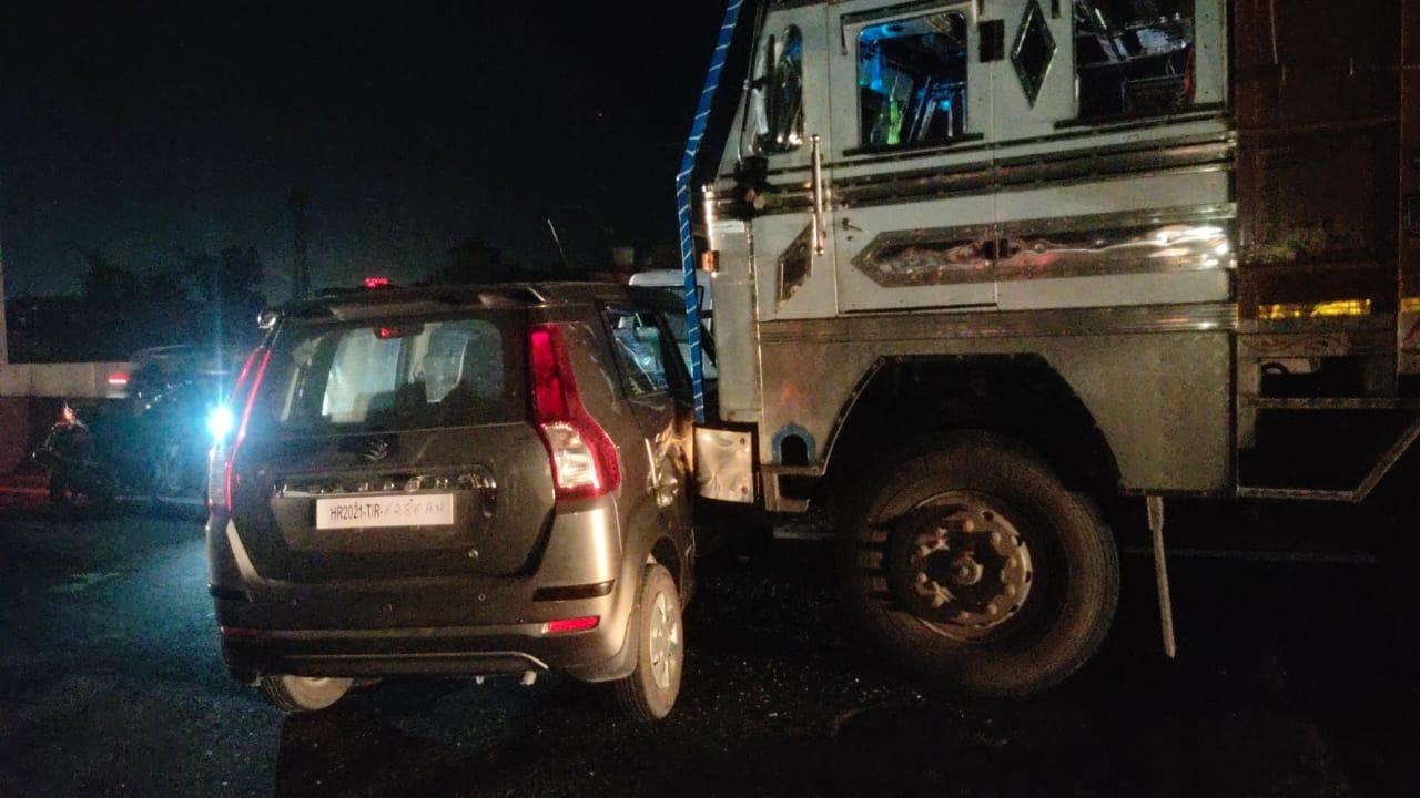ट्रक और कार की टक्कर के बाद कार चालक ने किया हंगामा , हाई वे पर आधा घण्टे तक परेशान होते रहे वाहन चालक मथुरा,Mathura - Dainik Bhaskar