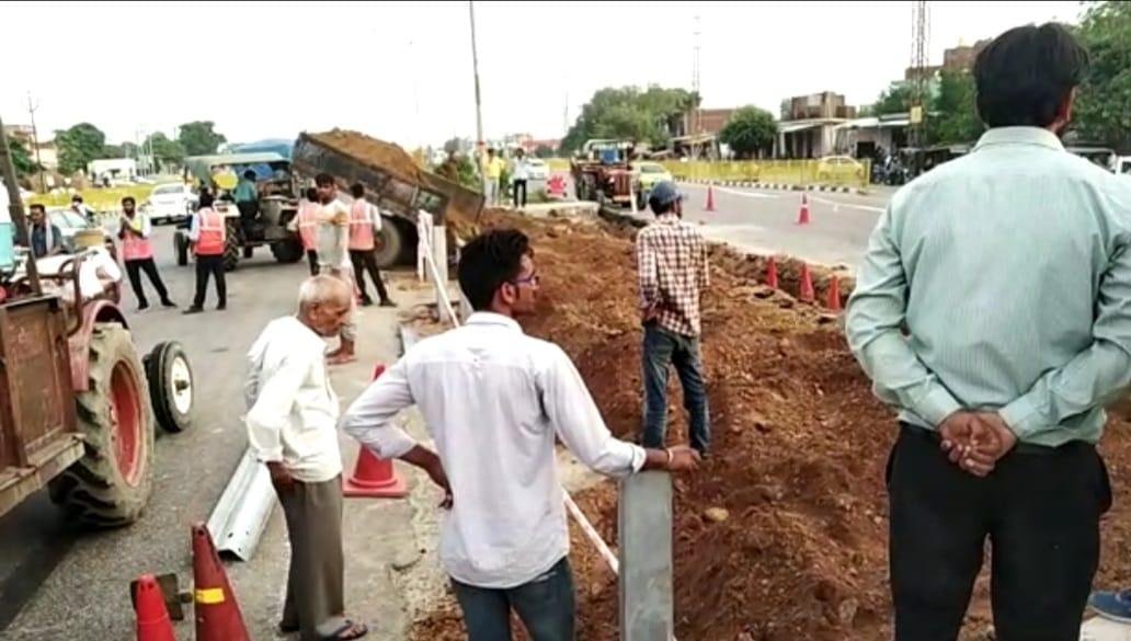 दिल्ली-आगरा नेशनल हाईवे पर कट को बंद करने का काम शुरू किया, मथुरा में स्थानीय लोगों ने किया विरोध मथुरा,Mathura - Dainik Bhaskar