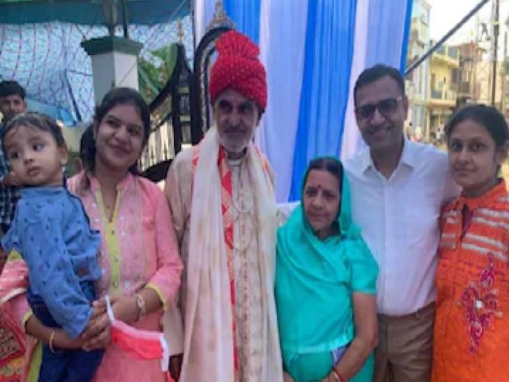 विदाई के समय मल्ल कुमार जैन परिवार के साथ।