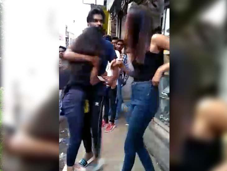 झारखंड में दूसरी लड़की के साथ घूम रहा था युवक, सूचना पर पहुंची गर्लफ्रेंड, बीच सड़क पर दोनों युवतियों में पटका-पटकी|झारखंड,Jharkhand - Dainik Bhaskar