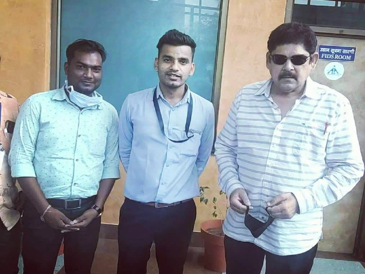 Actor Pankaj Dheer posing for a picture with fans.