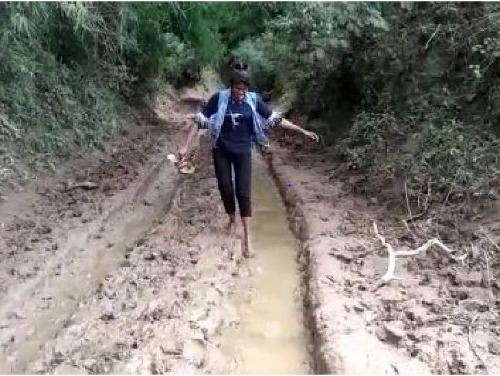 पन्ना में नदी पार करने के साथ गांव में सड़क पर भी कीचड़ फैली रहती है।