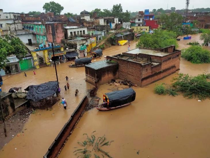 மிர்சாபூர் மாவட்டத்தின் கிட்டத்தட்ட 400 கிராமங்களில் வெள்ள நீர் புகுந்துள்ளது.  இங்கு மக்கள் முகாம்கள் அல்லது உயர் இடங்களுக்கு மாற்றப்படுகிறார்கள்.