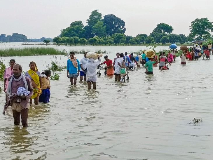 यह तस्वीर बिहार के मानेर की है। यहां भारी बारिश और बाढ़ की वजह से सड़कें पानी में डूब गई हैं। लोगों को आने-जाने में काफी दिक्कत हो रही है। - Dainik Bhaskar
