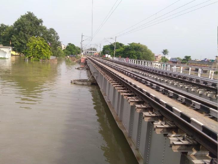 रेलवे पुल तक पहुंचा बाढ़ का पानी, सुल्तानगंज से रतनपुर रेलवे ट्रैक पर आवागमन ठप, आधा दर्जन ट्रेनें कैंसिल; यात्रियों की परेशानी बढ़ी मुंगेर,Munger - Dainik Bhaskar