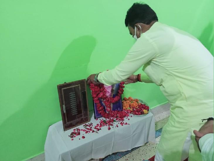 शहीद के चित्र पर श्रृद्धासुमन अर्पित करते हुए प्रभारी मंत्री