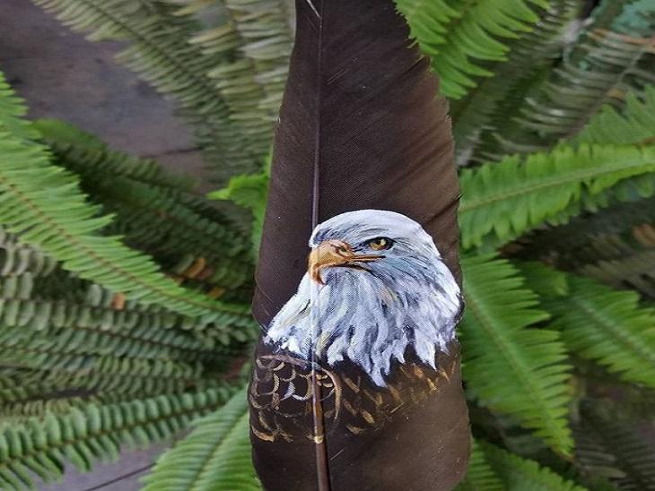 आफरीन अपनी पढ़ाई के साथ-साथ पंखों पर कलाकारी बिखेरती रहती हैं। उन्हें हर दिन कुछ नया करना पसंद है।