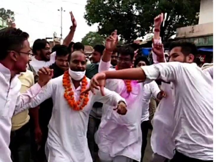 जिले की खुशी में विधायकों का डांस ।