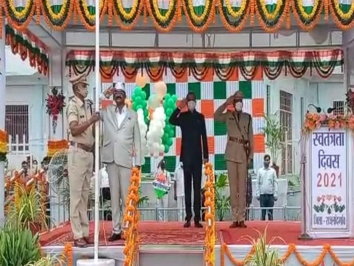 राजनांदगांव में मंत्री अमरजीत भगत ने झंडा फहराया है।