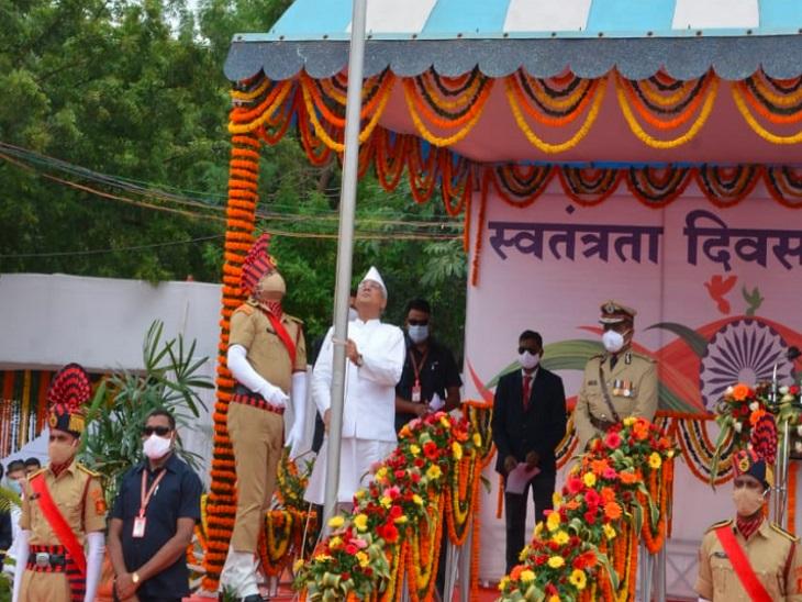 सीएम भूपेश बघेल ने रायपुर के पुलिस परेड ग्राउंड में ध्वजारोहण करने के बाद चार नए जिले मोहला-मानपुर, सक्ती, सारंगढ़-बिलाईगढ़ तथा मनेन्द्रगढ़ को जिला बनाने की घोषण की है।