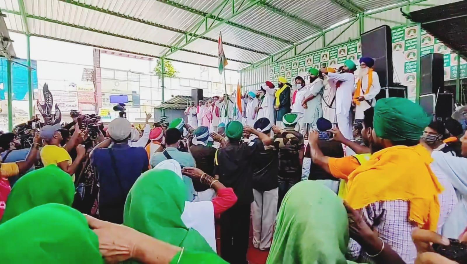 सिंघु बॉर्डर पर तिरंगा फहराने के बाद किसानों ने रास्ट्रगान गाया।