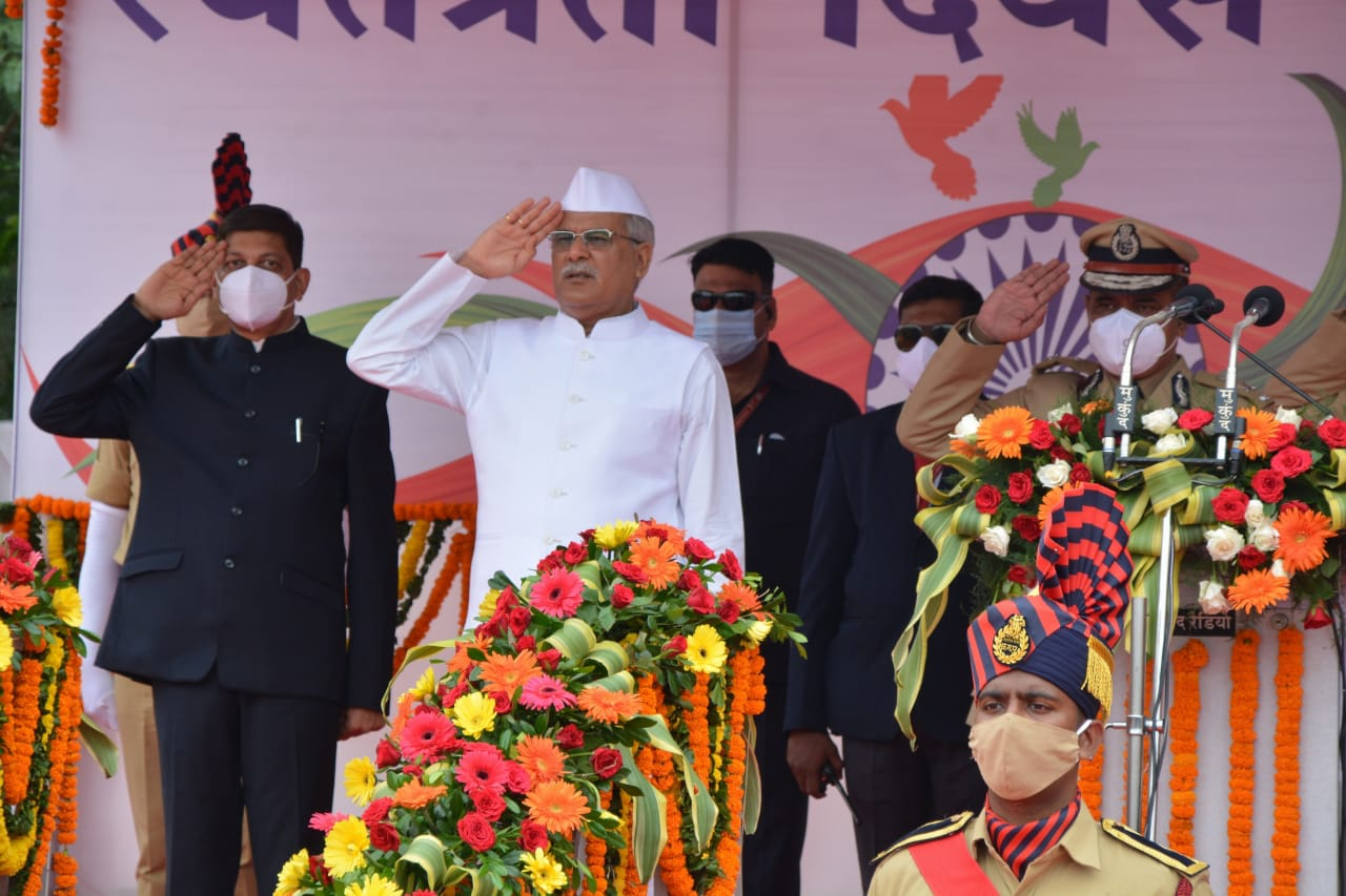 मुख्यमंत्री भूपेश बघेल ने रायपुर में आयोजित मुख्य समारोह में ध्वजारोहण किया। - Dainik Bhaskar