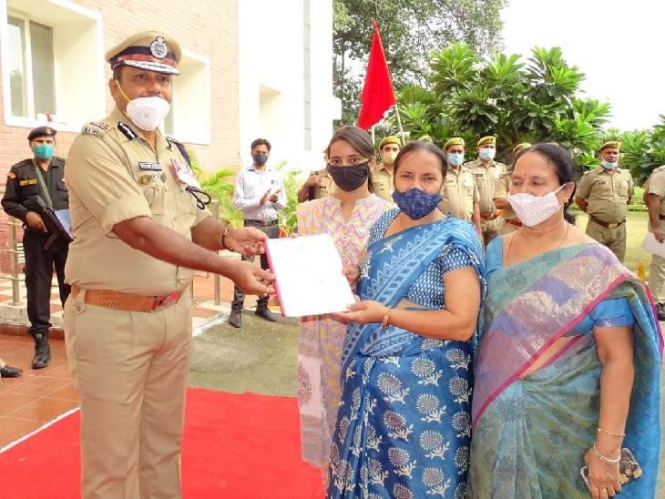 लखनऊ कारागार मुख्यालय में झंडारोहण, कोविड काल में शहीद हुए आठ कारागार कर्मियों के परिजनों को 5 लाख रुपए का चेक, जेल कर्मी हुए सम्मानित लखनऊ,Lucknow - Dainik Bhaskar