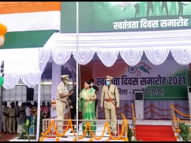 संसदीय सचिव डॉ.रश्मि आशीष सिंह ने बालोद में आयोजित समारोह में झंडा वंदन किया।