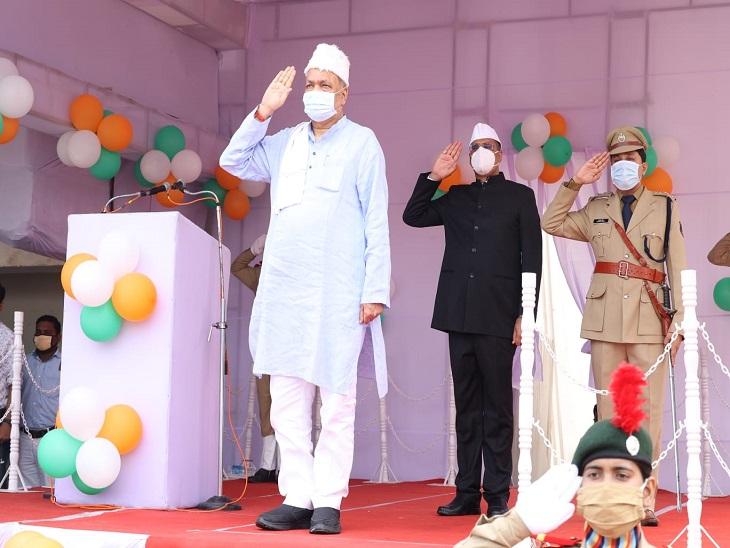 संसदीय एवं कृषि मंत्री रविंद्र चौबे ने रायगढ़ में ध्वजारोहण किया है।
