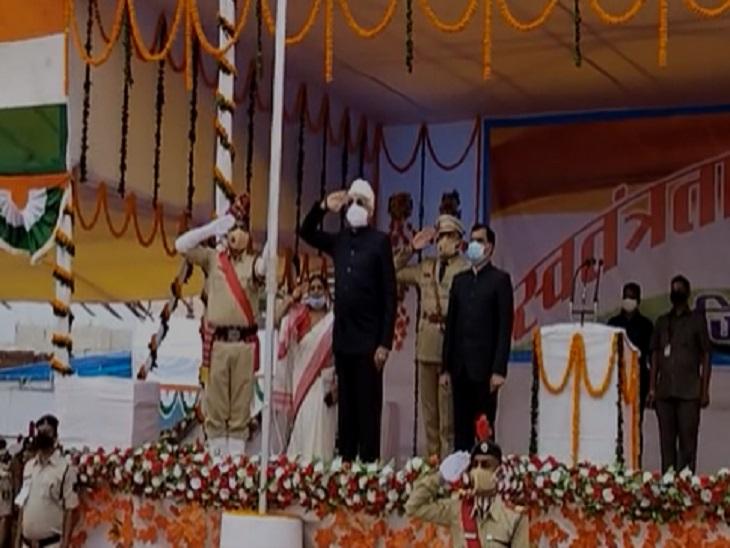 मंत्री टीएस सिंहदेव ने कवर्धा में आयोजित समारोह में ध्वजारोहण किया है।