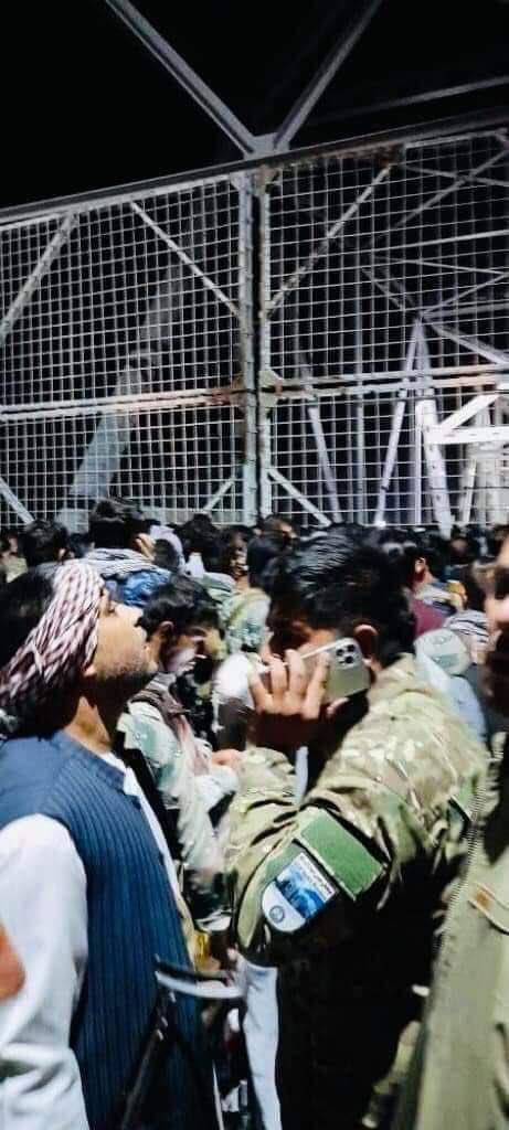 उजबेकिस्तान सीमा पर अफगानिस्तान के सैनिक बॉर्डर खोलने का इंतजार करते हुए।