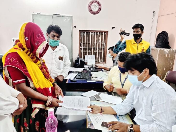परिवार के साथ पंचायत चुनावों के लिए नामांकन दाखिल करने पहुंची महिलाएं; विरोध देखकर कांग्रेस ने जारी नहीं की प्रत्याशियों की सूची, रिटर्निंग अधिकारी तक पहुंचाई लिस्ट राजस्थान,Rajasthan - Dainik Bhaskar