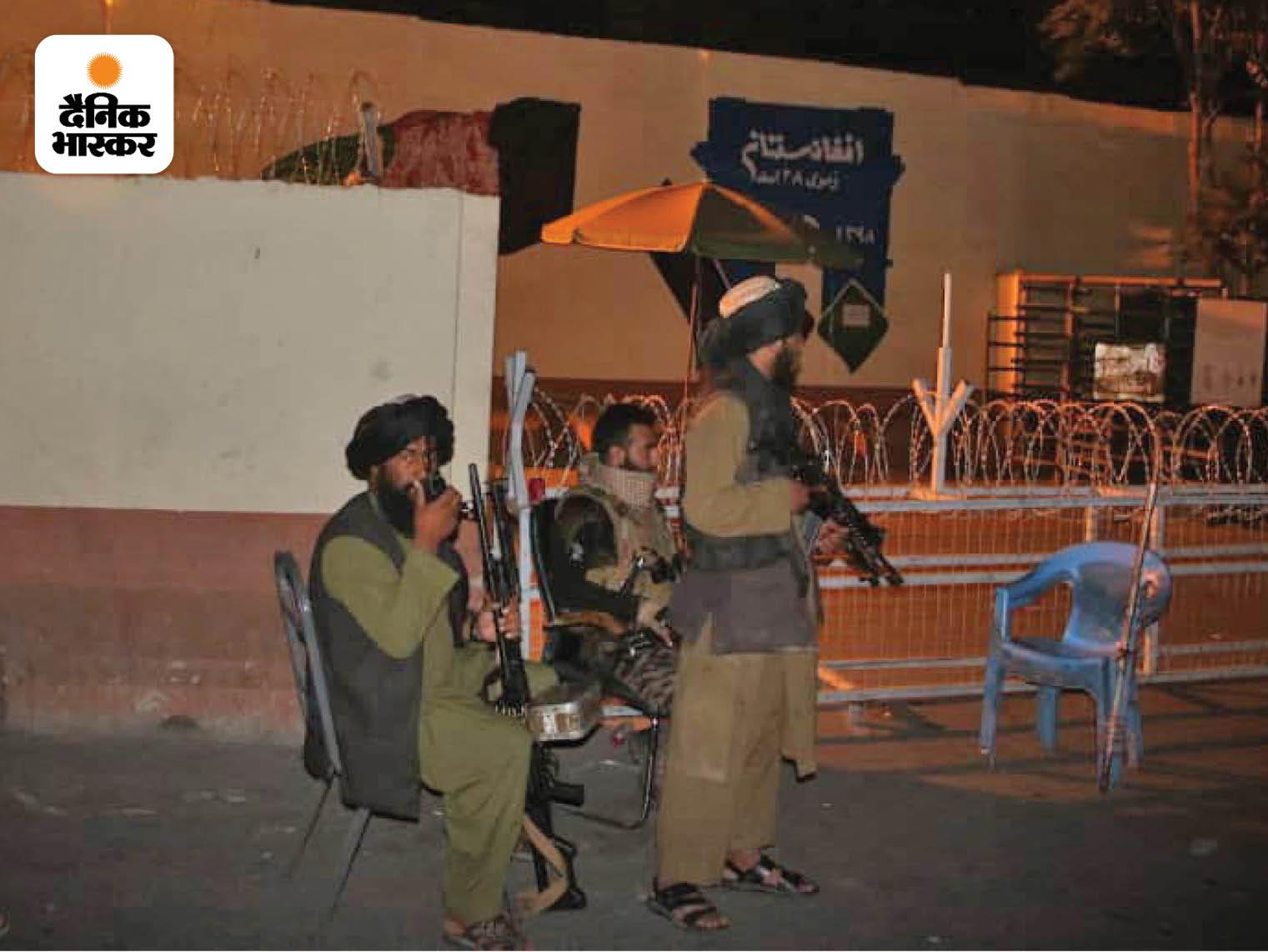 काबुल में जगह-जगह तालिबान के लड़ाकों ने इस तरह के चेक पॉइंट बना रखे हैं। इनमें हमेशा तालिबान के लड़ाके हथियार के साथ तैनात रहते हैं। फोटो क्रेडिट: अल जजीरा