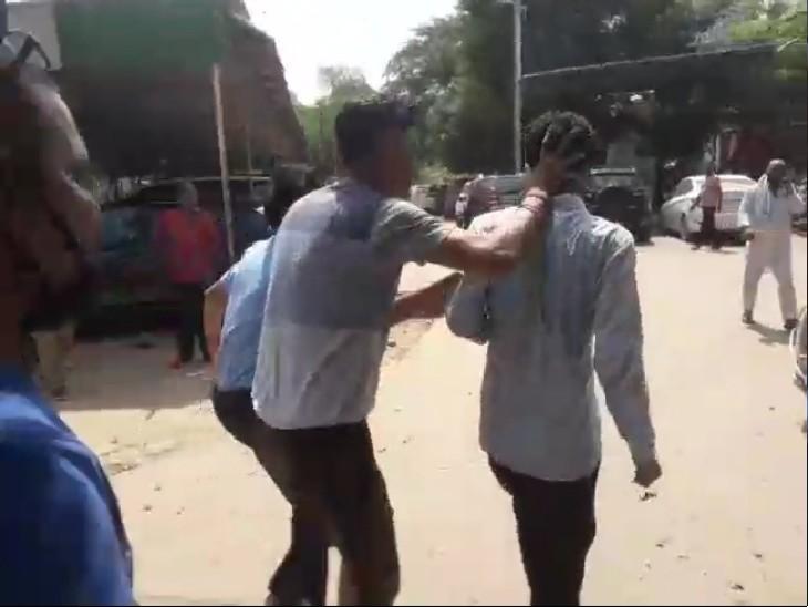 घटना के बाद आक्रोशित कर्मचारियों ने प्रभारी फायर ऑफिसर से धक्का-मुक्की की थी।