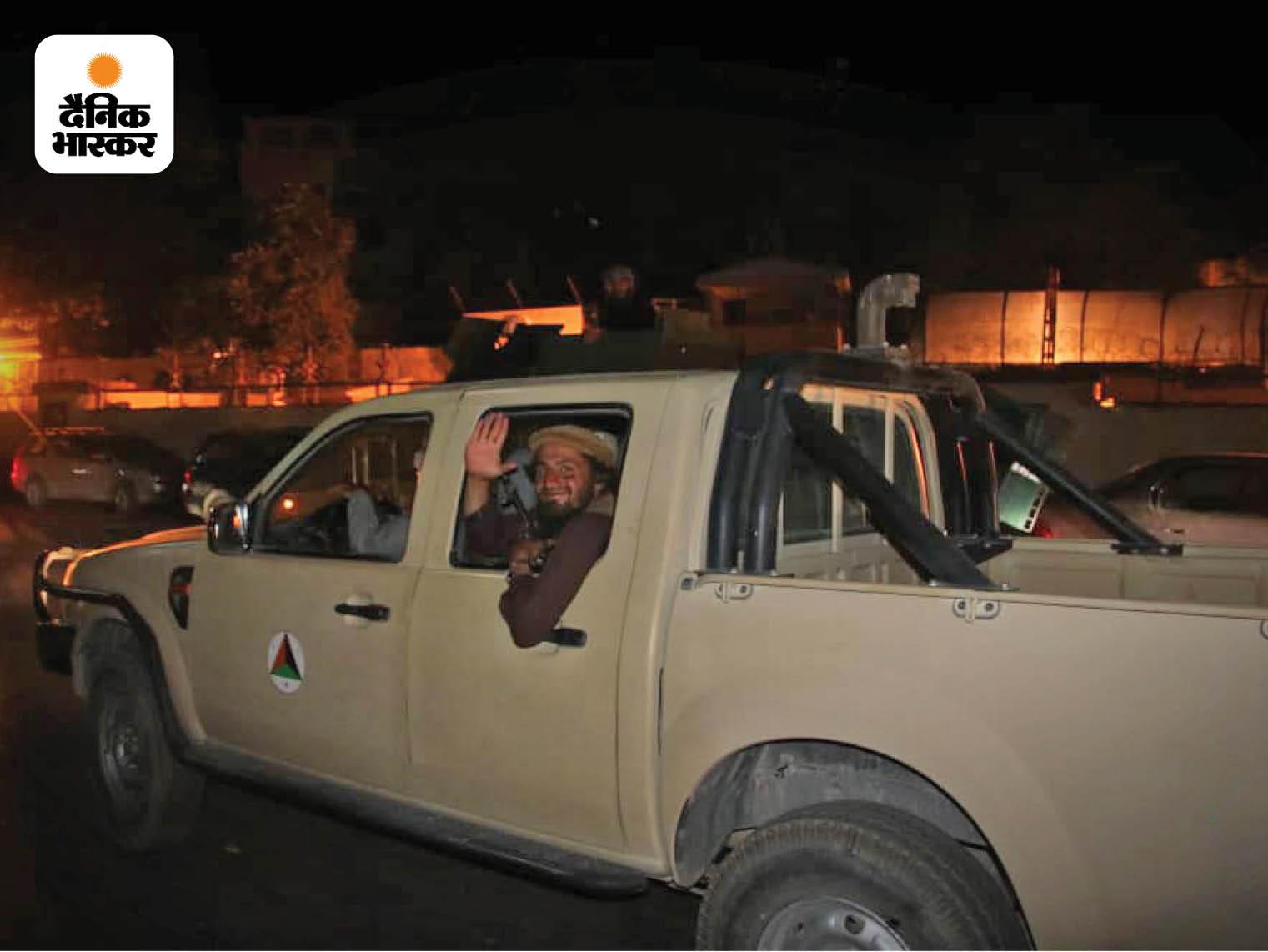 तालिबानी लड़ाके इस तरह की खुली गाड़ियों पर सफर करना पसंद करते हैं। गाड़ी के पीछे खुली जगह पर तालिबानी एक गन माउंट कर लेते हैं, जो युद्ध लड़ने में काम आती है।