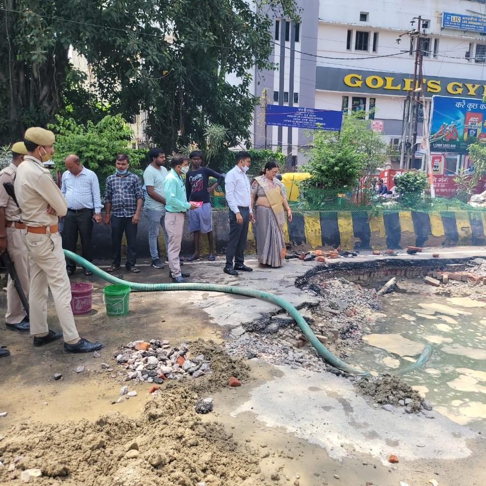 लीकेज के चलते RBI के सामने हुआ 30 फीट चौड़ा गड्ढा, बुधवार तक 10 लाख आबादी को नहीं मिलेगा पानी, दोबारा लीकेज पर गिरेगी गाज|कानपुर,Kanpur - Dainik Bhaskar