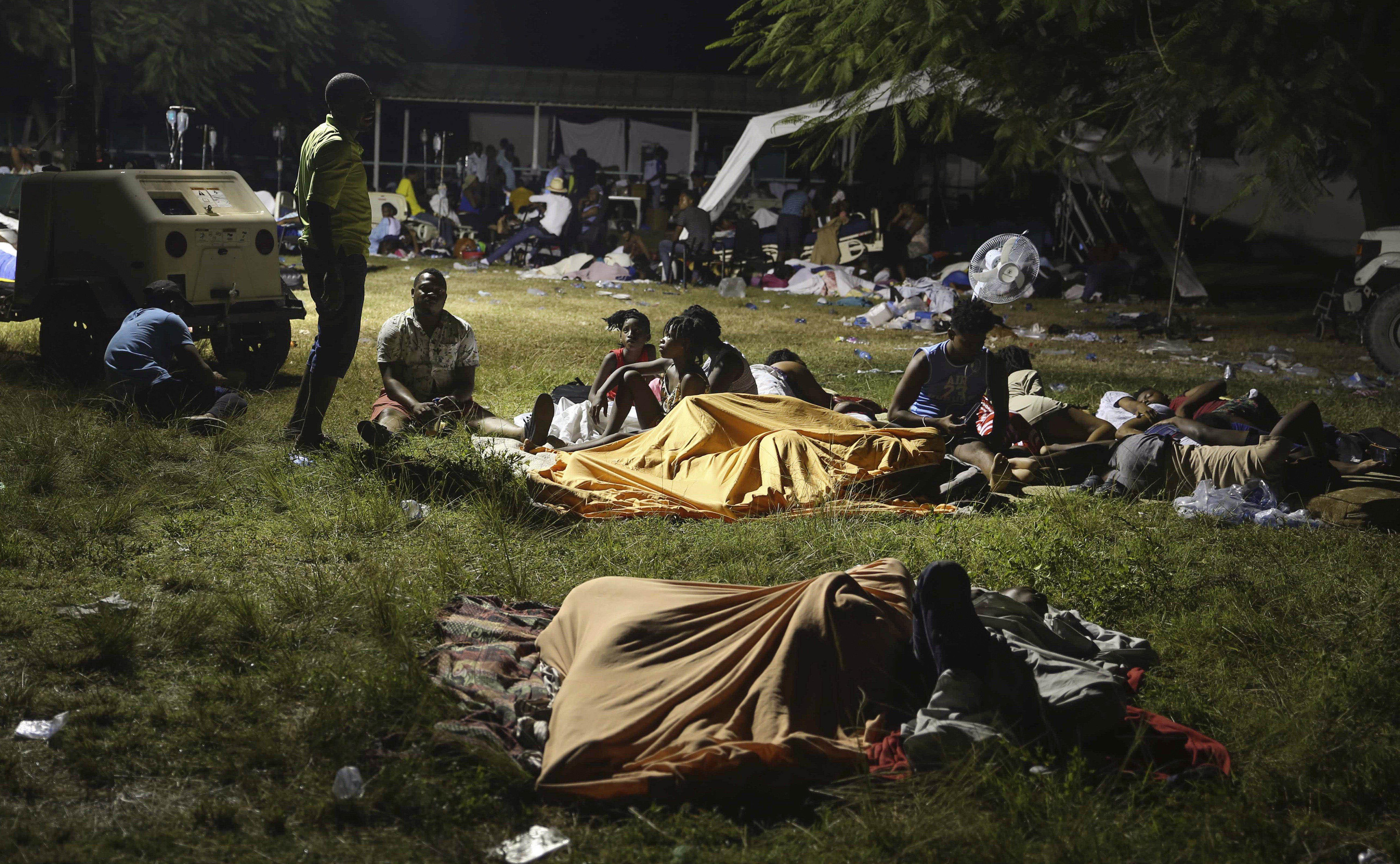 घर टूटने और भूकंप के डर से लोग मैदानों में रात गुजार रहे हैं।