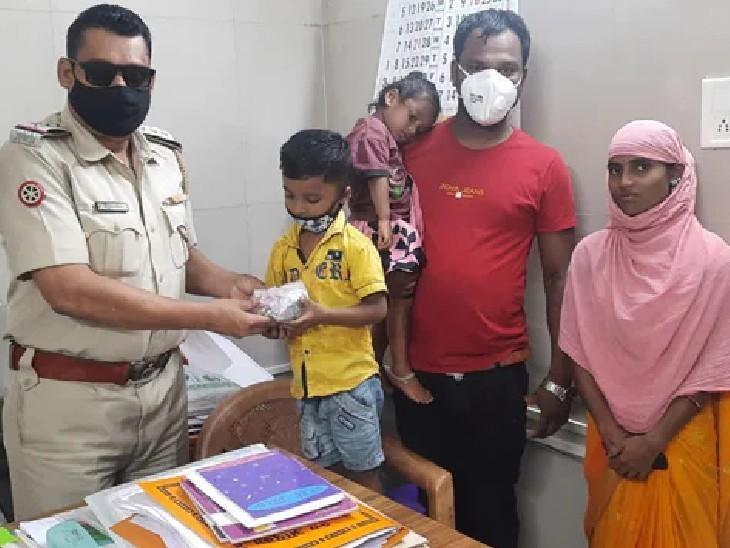 नागपुर पुलिस के अफसर अमित मालवीय ने ड्राइवर के बेटे को बुलाकर उसका गुल्लक उसे वापस दे दिया। - Dainik Bhaskar