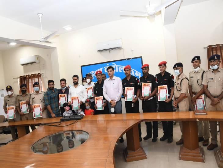 लूट की वारदात को अंजाम देकर सैन्य क्षेत्र में घुसे लुटेरे को दबोचा, SP ने चार सेना के जवानों को किया पुरस्कृत|जबलपुर,Jabalpur - Dainik Bhaskar