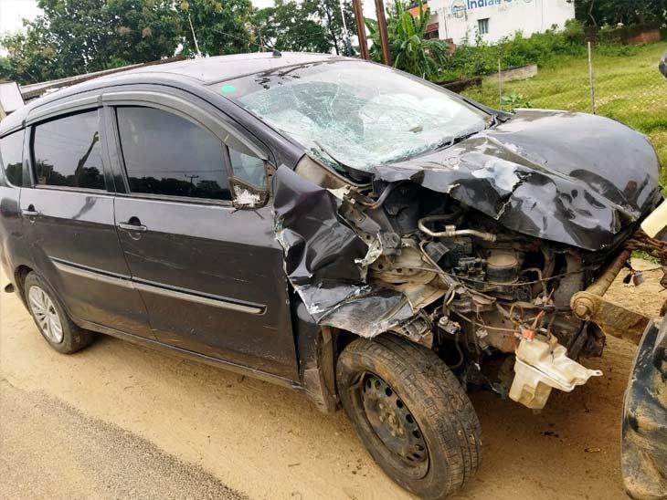 कार अनियंत्रित होकर एक दुकान में घुस गई और इसके बाद ग्रामीणों का आक्रोश बढ़ा।