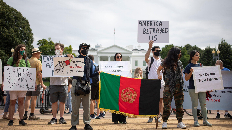 अफगान मूल के लोग तालिबान को लेकर अमेरिका की बेरुखी के खिलाफ प्रदर्शन कर रहे हैं।
