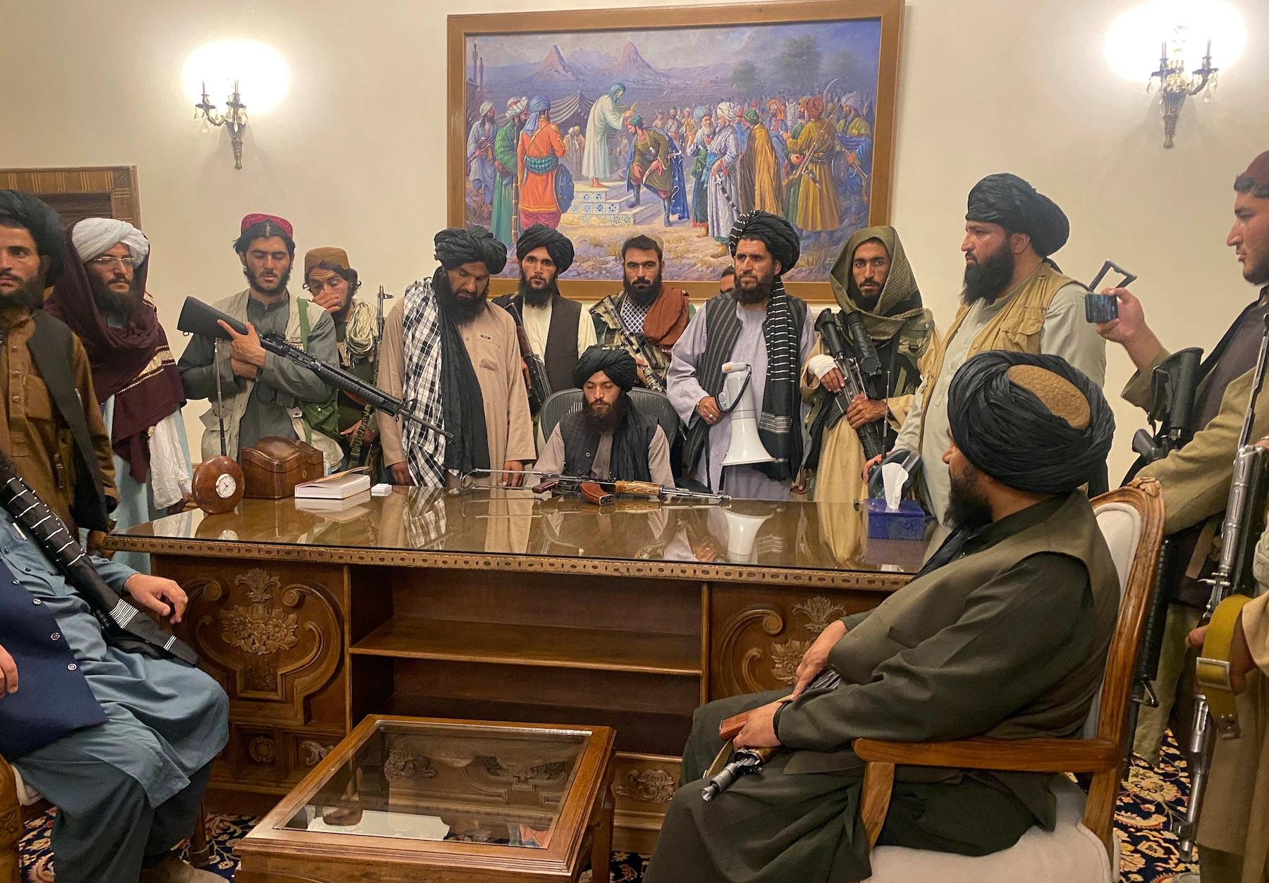 काबुल में अफगानिस्तान सरकार के दफ्तरों में तालिबान के लड़ाके काबिज हो चुके हैं।